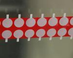 pièces adhésives découpées repositionnables sur le verre